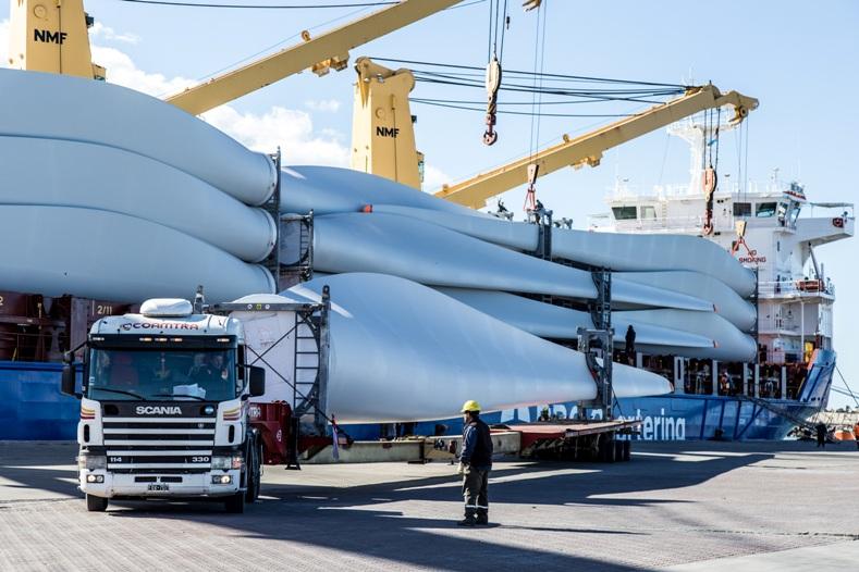 Llegan al puerto de Comodoro Rivadavia aerogeneradores para centrales que entrarán en funcionamiento a mediados de este año