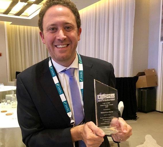 Entregan otro premio internacional a Sebastián Kind por el desarrollo de energías renovables en Argentina