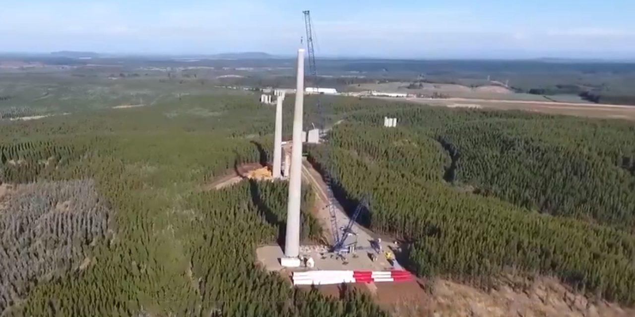 Instalan las primeras torres de hormigón: el video que muestra un fragmento de la historia eólica en Chile