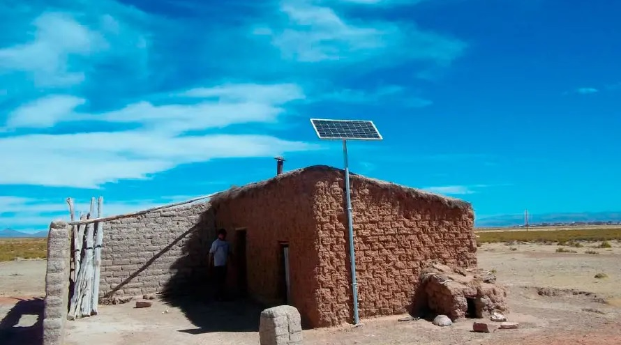 PERMER: cuatro empresas ganan la licitación para instalar 23.500 kits solares y lámparas recargables en hogares rurales