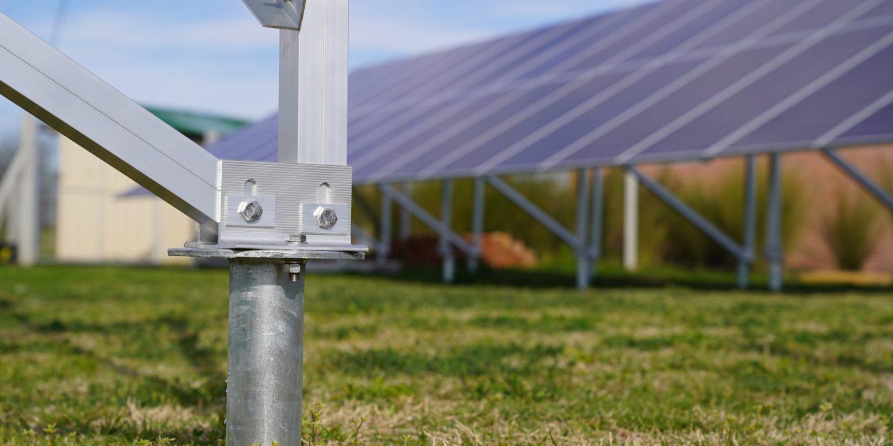 Sistemas Energéticos incursiona en la instalación de paneles solares con cimentación a tornillo, optimizando tiempo y costos