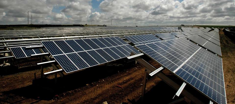 CEOSA negocia con el Gobierno el avance de seis parques solares por 110 MW y el montaje de una fábrica de paneles fotovoltaicos