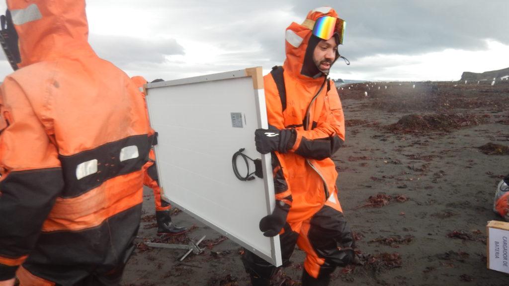 Transporte de los equipos al refugio en gomones (2)