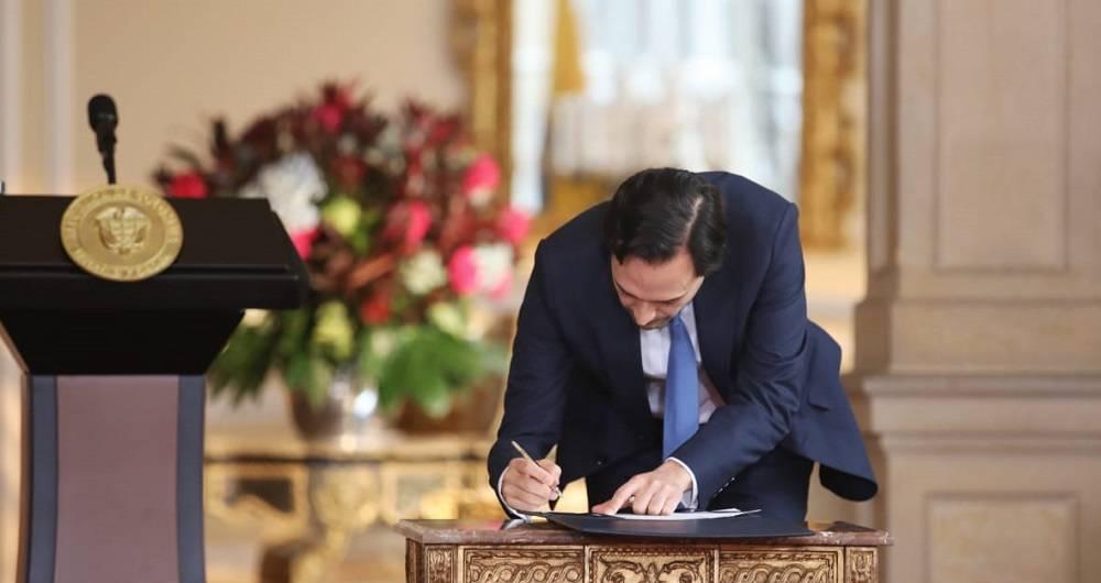En sus primeros días, el ministro de Minas y Energía de Colombia firma decretos para impulsar la movilidad sostenible