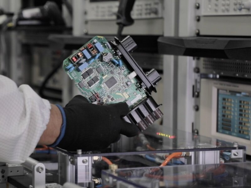 La alianza entre Enphase y Flex México producirá más de 1 millón de microinversores