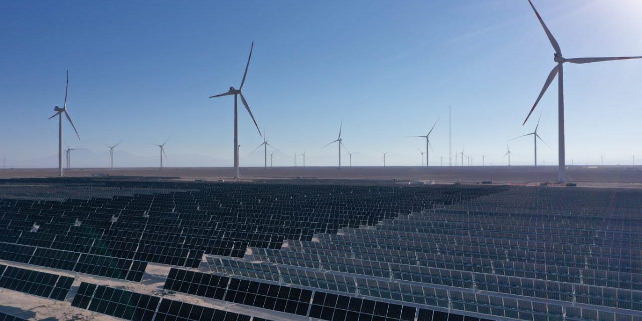 Jobet visitó la planta híbrida eólica-solar, que entrará en funcionamiento en septiembre