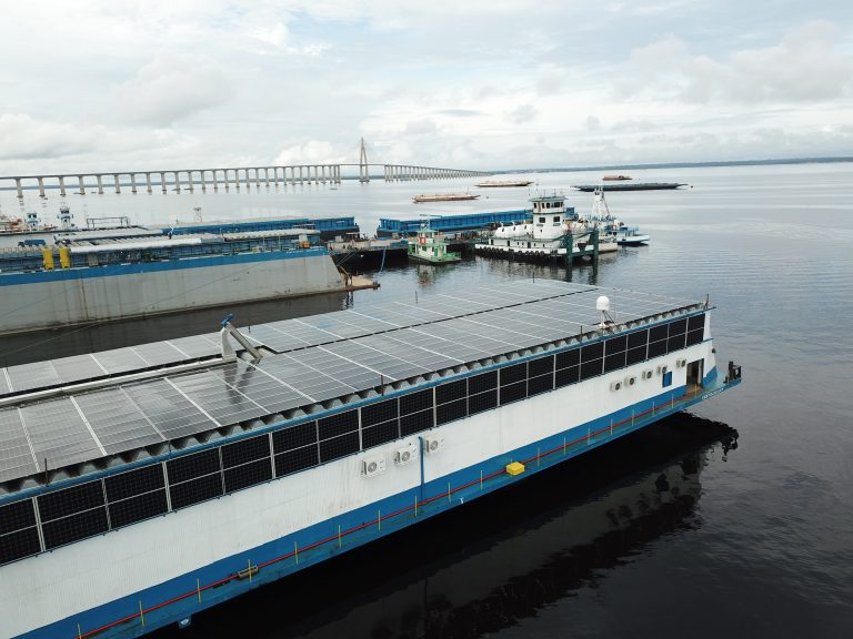 Tendencias: BYD instaló módulos fotovoltaicos y baterías para la primera fábrica flotante del mundo en Brasil