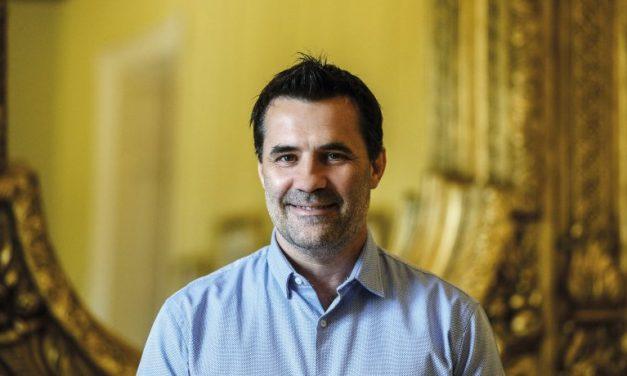 Un gesto de apoyo de Darío Martínez: «Las renovables han llegado para quedarse y seguir creciendo»