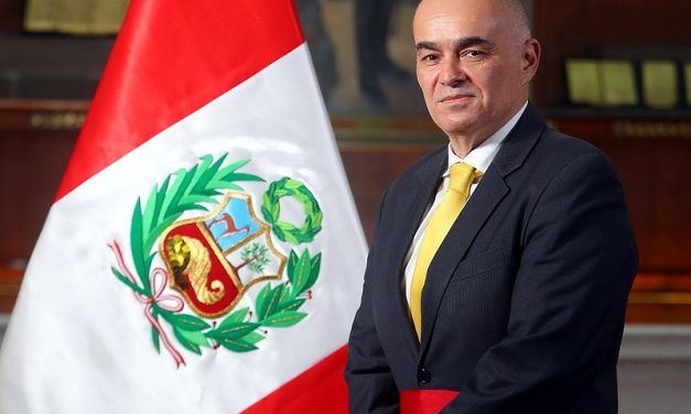 El ministro Quijandría Acosta planteó retomar subastas de energías renovables en Perú